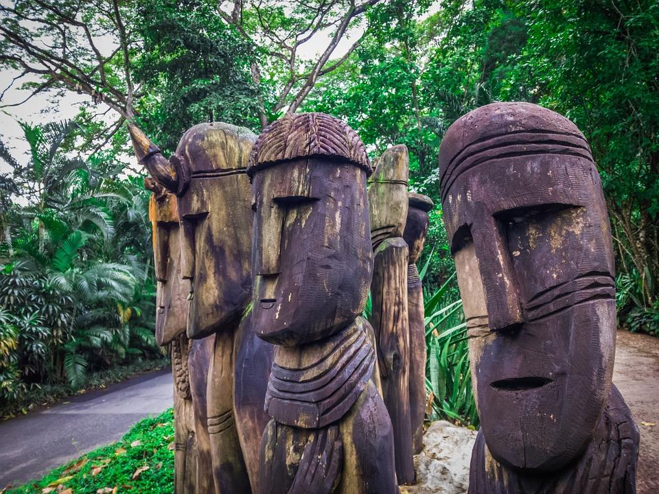 escultura de madera de cabezas gigantes