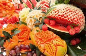frutas y vegetales talladas en flores
